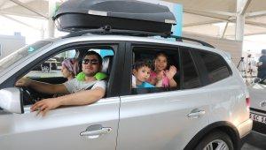 Gurbetçiler Kapıkule Sınır Kapısından ülkeye giriş yapmanın heyecanını yaşadı