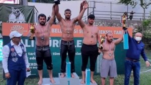 İzmitli güreşçi Bursa'da şampiyonluk kupasını kaldırdı