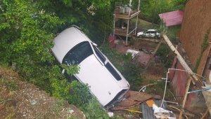 Otomobil evin bahçesine uçtu: 1 yaralı