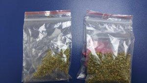 Polisin şüphelenerek arama yaptığı 2 kişinin üzerinden uyuşturucu çıktı