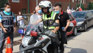 Yanlış okula gelen öğrencileri polis motosikletle yetiştirdi