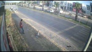 Yayaya çarpmamak için manevra yaptı taklalar atan araçtan sağ çıktı, kaldırımda yürüyen vatandaş ise ezilmekten son anda kurtuldu