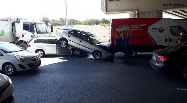 Zincirleme kazada otomobil askıda kaldı