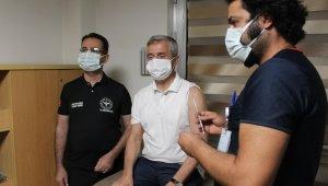 """3'üncü doz aşısını yaptıran Gaziantep İl Sağlık Müdürü Tiryaki: """"Aşıdan başka çözüm yok"""""""