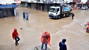 Beklenen şiddetli yağışın ardından Arhavi ilçe merkezinde sokaklar yine göle döndü