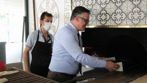 Büyükelçi, taş fırında yemek pişirdi, ekmek yaptı