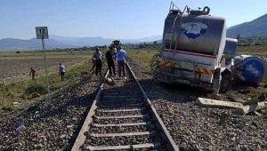 Hemzemin geçitte yük treni ile süt tankeri çarpıştı: 1 yaralı