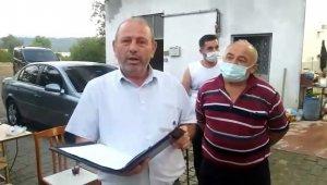 Köy muhtarı, evleri ve tarlaları dolaşıp, vatandaşları aşıya çağırıyor