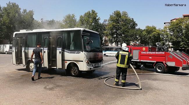 Manisa'da park halindeki servis minibüsü yandı