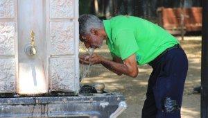 Sıcaktan bunalan vatandaşlar kendilerini sokağa attı
