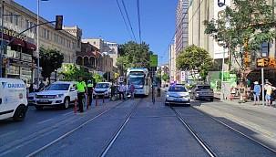 Tramvay yolunda kaza! Seferler durdu