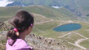 Zirvedeki krater gölleri büyülüyor