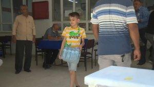11 yaşındaki Mustafa, yangın bölgesindeki arkadaşları için masa ve sandalyesini gönderdi