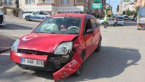 Bilecik'te minibüs ile otomobil çarpıştı: 1 kişi yaralandı