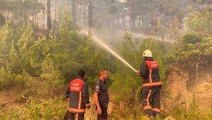 Elazığ Belediyesi itfaiye ekipleri, Manavgat'ta yangına müdahale çalışmalarını sürdürüyor