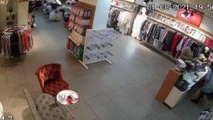Müşteri gibi girdiği mağazadan çalışanların çantalarını çalıp çıktı