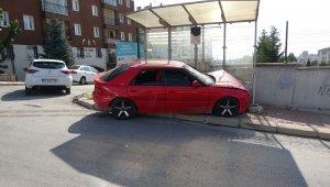 Otomobile çarpan araç durağa savruldu; 5 yaralı