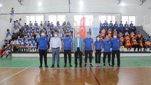 Tuşba Belediyesinden sporculara malzeme desteği