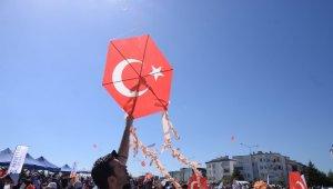 Altıeylül'de uçurtma şenliğine binlerce vatandaş ve çocuk katıldı