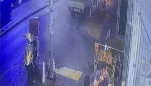 """İstanbul'da """"omuz atma"""" cinayeti kamerada: Kalbinden bıçaklandı, can havliyle böyle koştu"""