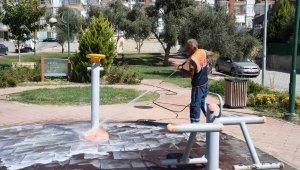 Kuşadası Belediyesi parklarda temizlik çalışması gerçekleştirdi