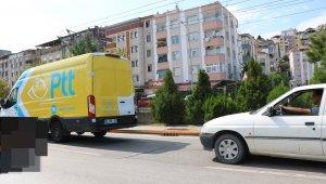 PTT aracı ana caddede halatla otomobil çekti