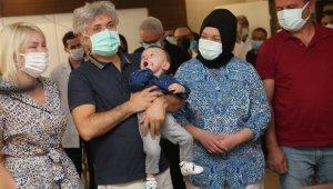 Rahim nakliyle dünyaya gelen 'Ömer Özkan' bebek, nakli gerçekleştiren doktorun kucağında