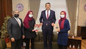 Tavşanlılı öğrenciler kitaplarını Vali Ali Çelik'e takdim ettiler