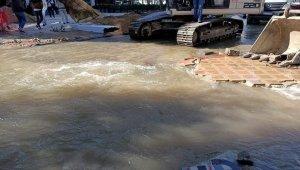 Tekirdağ'da patlayan su borusu yolları göle çevirdi