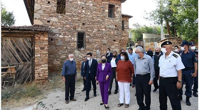 Uşak Valisi Funda Kocabıyık, Karahallı Dumanlı köyünde KADES'i anlattı