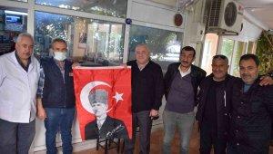 Aliağa'da Cumhuriyet Bayramı öncesi iş yerlerine Türk bayrağı dağıtıldı