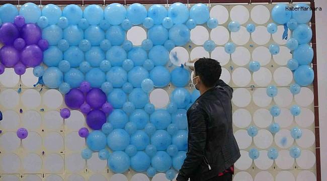 Balonlarla oluşturulan Covid-19 virüs figürünü enjekte ile patlattılar