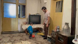 Çaresiz baba, 2 yaşındaki oğluyla uzanacak yardım eli bekliyor