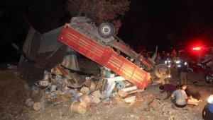 Freni boşalarak şarampole devrilen kamyon ağaçta asılı kaldı: 2 yaralı