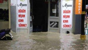 Gece yarısı patlayan su borusu şehrin altını üstüne getirdi