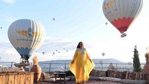 Gönüllü turizm elçisi Berna Ayata, sosyal medyada yayınlamak için Kapadokya'da poz verdi