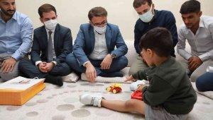 Koltuk değnekli görüntüsü ile yürek burkan küçük Muhammed protez bacağa kavuştu