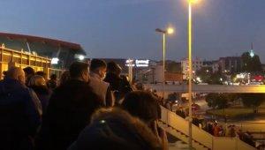 Metrobüs köprüsünde korkutan kalabalık