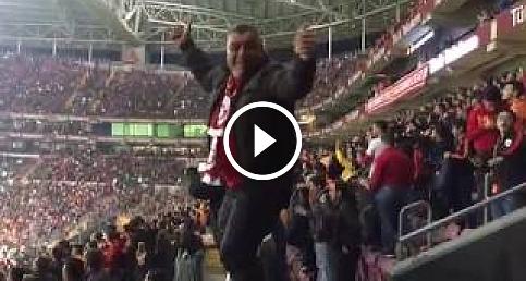 Galatasaray taraftarının İlginç dans şovu