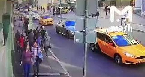 Moskova'da taksi kalabalığın arasına daldı: 7 yaralı