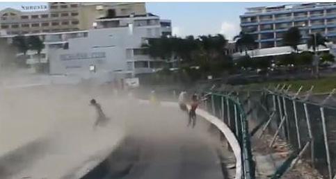 Turist Kız Havalandı, Fena Yaralandı