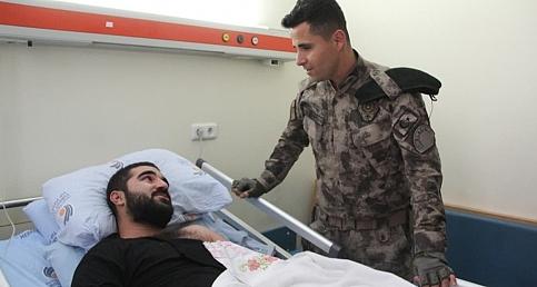 Kahraman özel harekatçı kurtardığı depremzedeyi ziyaret etti