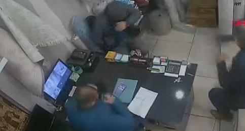Halı dükkanında hapşıran bir kişi paniğe neden oldu!